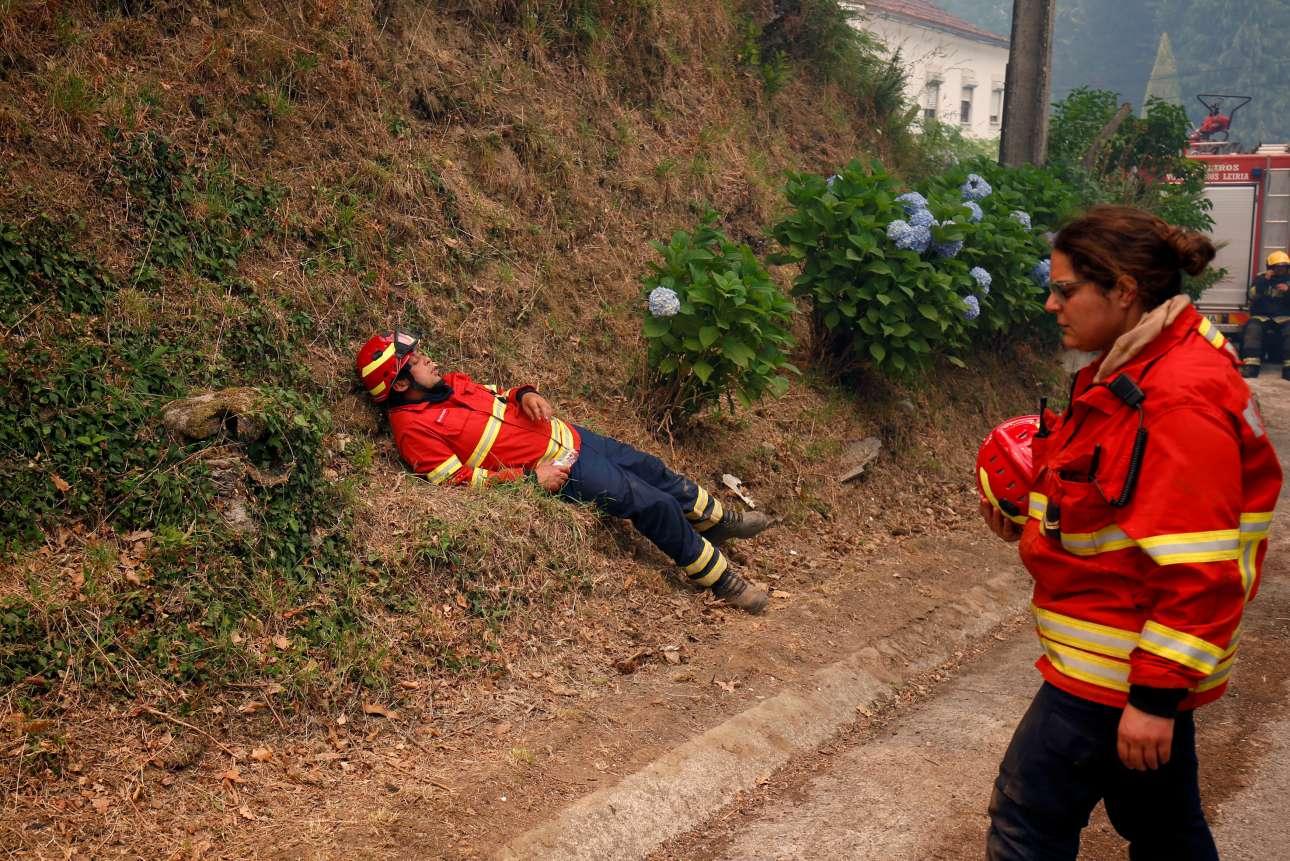 Οι ήρωες της Πορτογαλίας. Πυροσβέστες κάνουν διάλειμμα από τη σωματικά και ψυχολογικά επίπονη επιχείρηση κατάσβεσης. Περίπου 600 επιχειρούσαν στο σημείο τη Δευτέρα