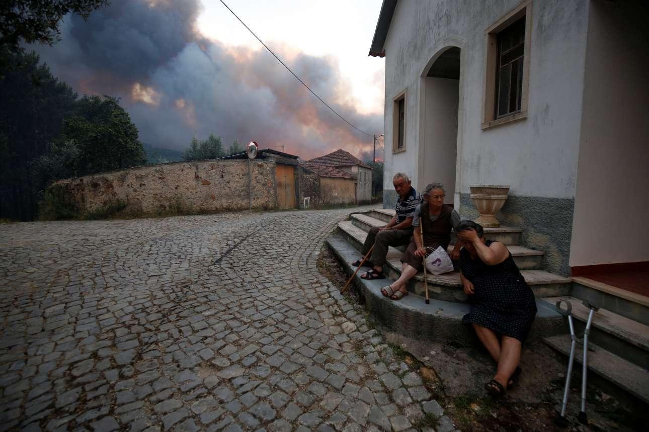 Κάτοικοι του χωριού Φάτο που δεν μπορούν να βοηθήσουν στη διάσωση του τόπου τους...