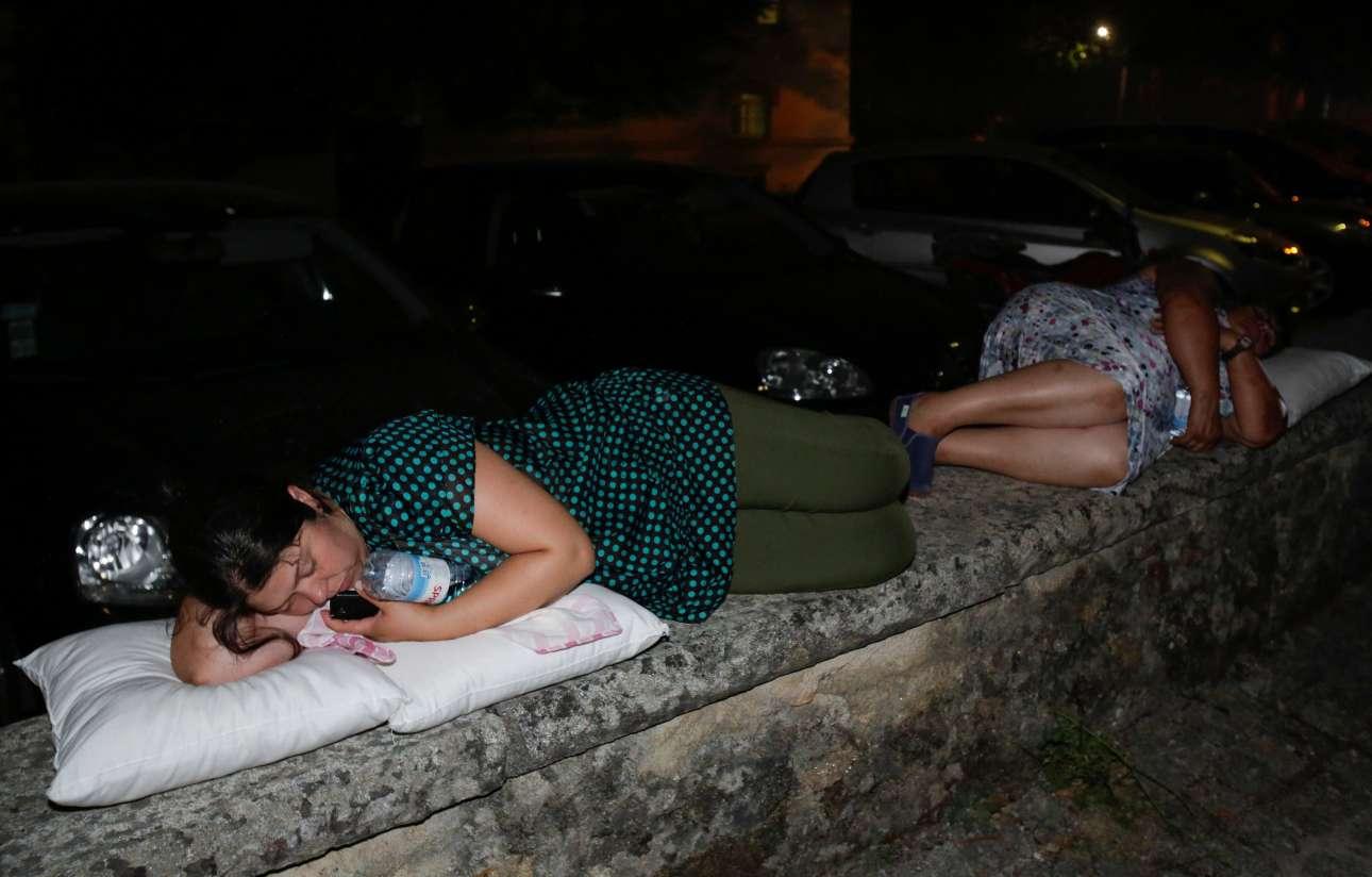 Με μαξιλάρια πάνω σε πεζούλια, με το κινητό και το μπουκάλι νερού αγκαλιά, διανυκτέρευσαν δύο νεαρές γυναίκες, κάτοικοι του Πεντρογκάο Γκράντε
