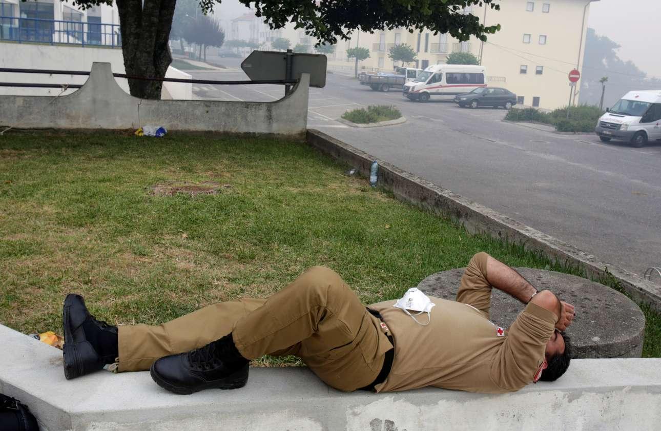 Εξοντωμένος ακτιβιστής του Ερυθρού Σταυρού, έξω από κέντρο διανυκτέρευσης στο Φιγκεϊρό ντος Βίνιος