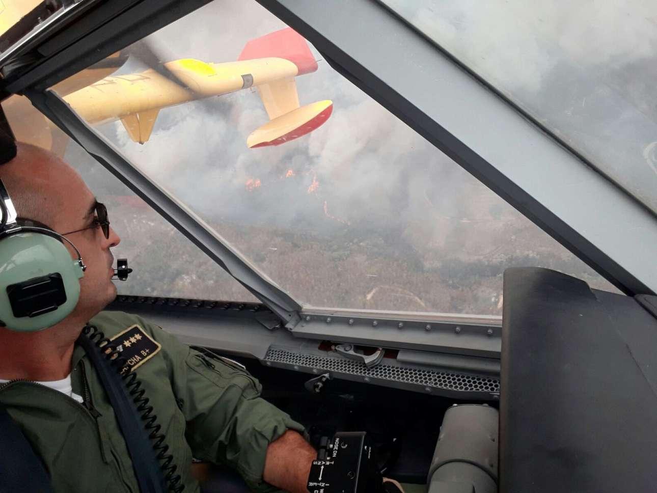 Η «θέα» της πυρκαγιάς από ψηλά, από το πιλοτήριο ισπανικού αεροσκάφους που έσπευσε στο σημείο, πάνω από το Πεντρογκάο Γκράντε, για να βοηθήσει στην επιχείρηση κατάσβεσης