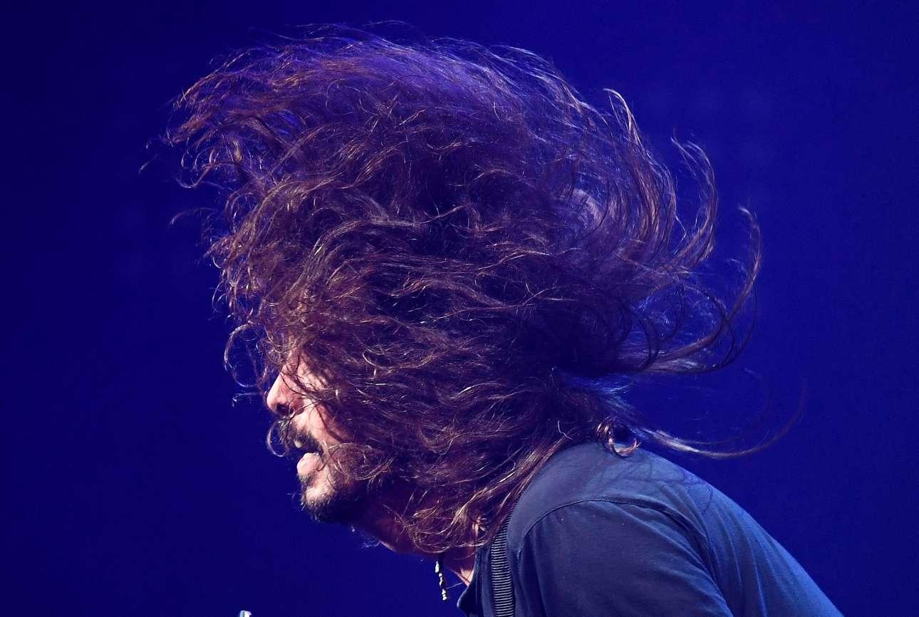 Ο Ντέιβ Γκρολ των Foo Fighters επί σκηνής το βράδυ του Σαββάτου