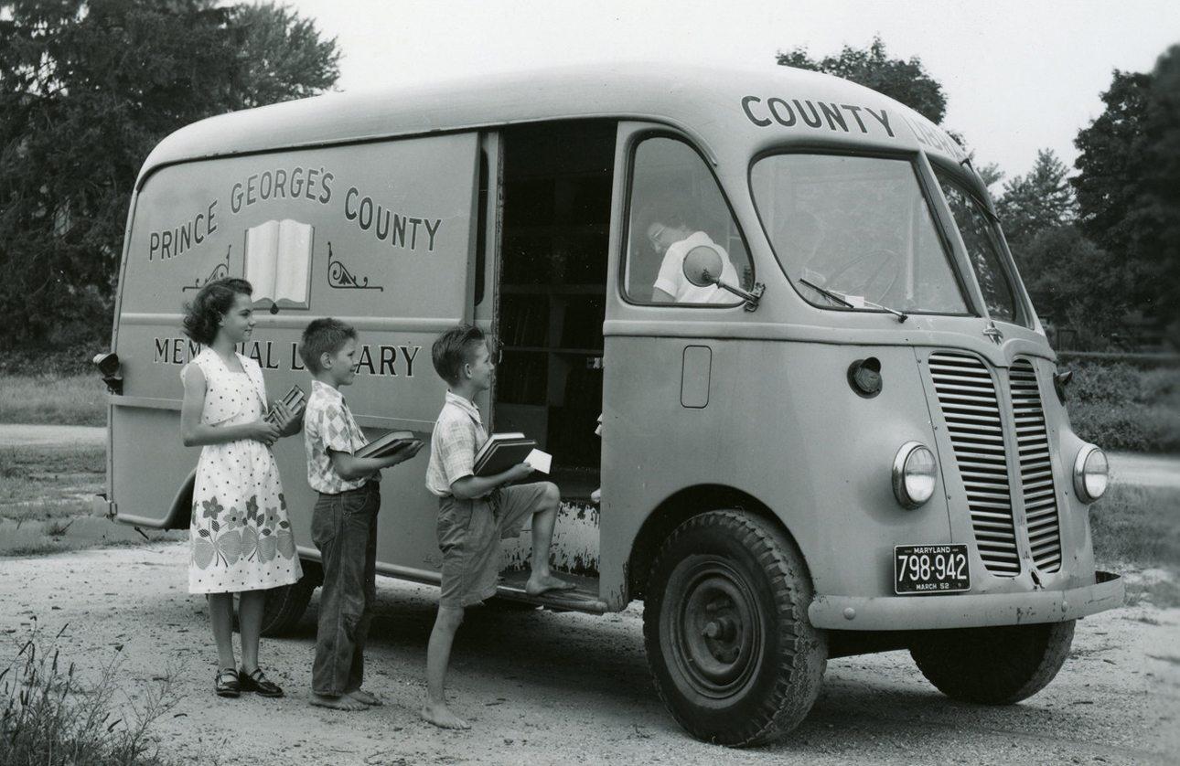 Παιδιά περιμένουν στην σειρά για να δανειστούν βιβλία από την δημοτική βιβλιοθήκη του πρίγκιπα Γεώργιου στο Μέριλαντ των ΗΠΑ