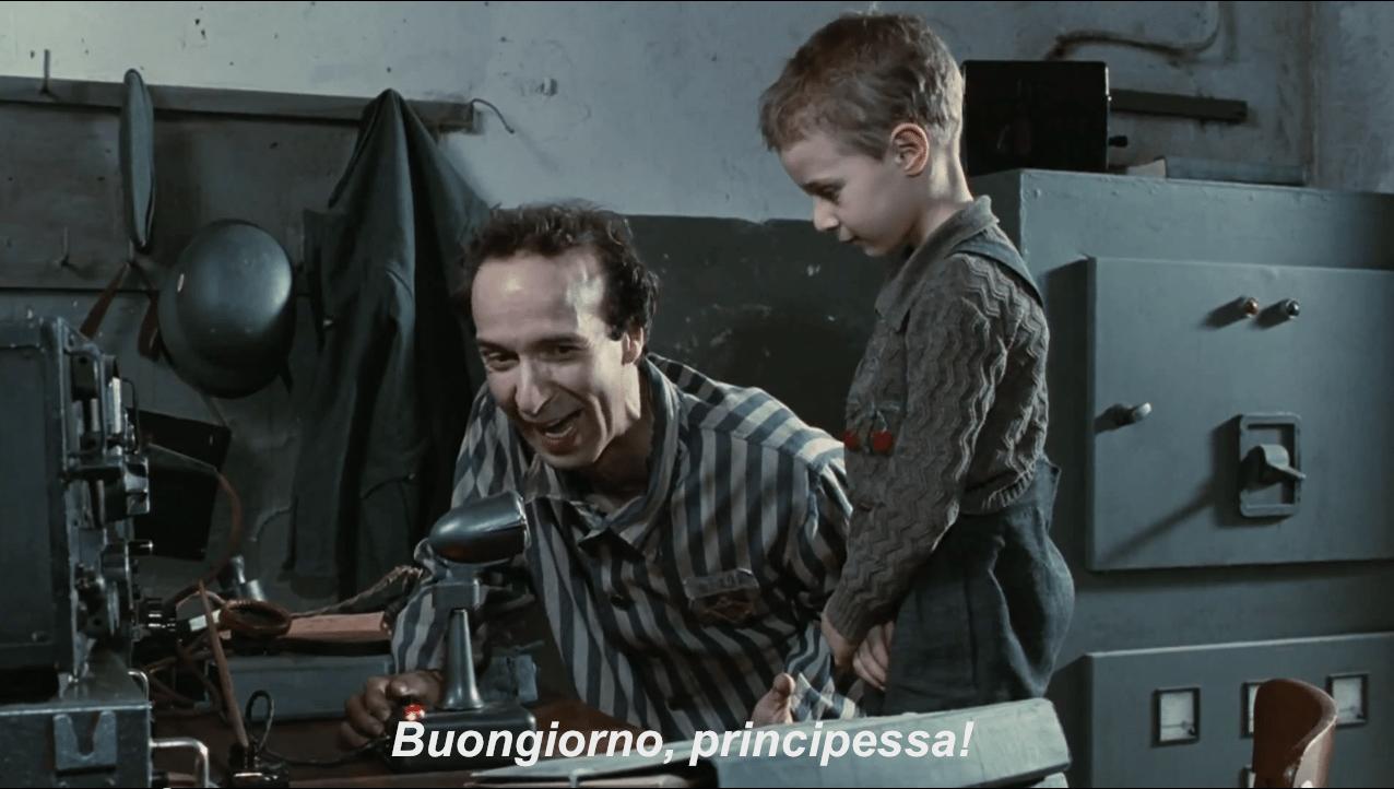 O Ρομπέρτο Μπενίνι μετατρέπει το στρατόπεδο συγκέντρωσης σε παιχνίδι για χάρη του γιου του, τον οποίο υποδύεται Τζιόρτζιο Κανταρίνι. Λίγο γλυκερό αλλά αρκούσε ώστε η ταινία «La vita è bella» να πάρει τρία Οσκαρ