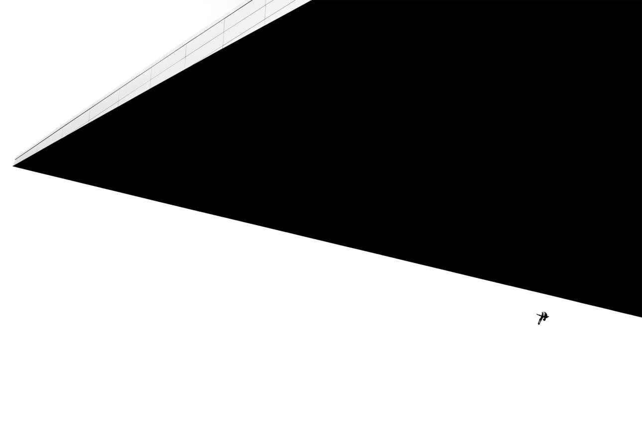 Νικητής, κατηγορία «Enhance» (Επεξεργασία). Ο μεξικανός δύτης Τζόναθαν Παρέντες βουτάει από την στέγη της Οπερας της Κοπεγχάγης, ύψους 28 μέτρων, κατά τη διάρκεια των προπονήσεων για το Red Bull Cliff Diving World Series του 2013, στην Δανία. Ο φωτογράφος πείραξε το μέγεθος του δύτη, δίνοντας μία σουρεαλιστική διάσταση στην εικόνα
