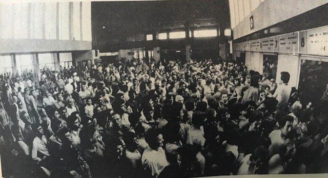 Στον σιδηροδρομικό σταθμό της Θεσσαλονίκης μετά τον μεγάλο σεισμό. Χαμός για ένα εισιτήριο. Όπου φύγει-φύγει…