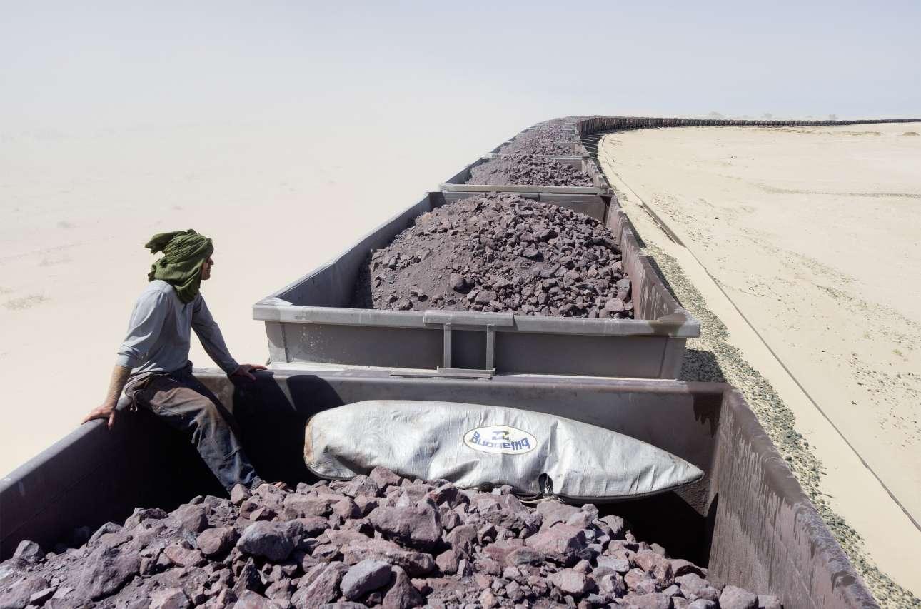 Νικήτρια, κατηγορία «Lifestyle». Η καναδή φωτογράφος Τζόντι Μακντόναλντ απαθανάτισε ένα στιγμιότυπο από το ταξίδι 700 χιλιομέτρων που έκανε με τον αδελφό της μέσα στην έρημο Σαχάρα, ψάχνοντας για ανεξερεύνητα μέρη για σερφ στον Ατλαντικό ωκεανό. Κάτω από δύσκολες συνθήκες, η Τζόντι και ο αδερφός της επιβιβάστηκαν σε ένα τρένο που μετέφερε 84 τόνους σίδηρου και διέσχισαν για 15 ώρες την Μαυριτανία, μία χώρα εξαθλιωμένη από την τρομοκρατία, την δουλεία και την φτώχεια