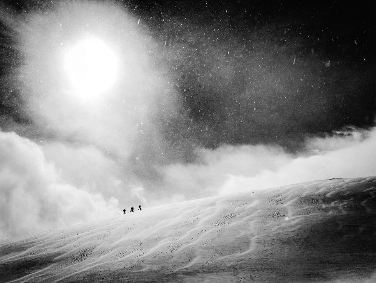 Νικητής, κατηγορία «Κινητό». Πεζοπορία μέσα στον αέρα και στο χιόνι «πούδρα» της Χακούμπα, στις ιαπωνικές Αλπεις.  Ο νορβηγός φωτογράφος προτίμησε να αφήσει πίσω την κάμερα του για να κάνει σκι, αλλά μόλις αντίκρυσε αυτή την εικόνα άρπαξε το κινητό του για να την αιχμαλωτίσει