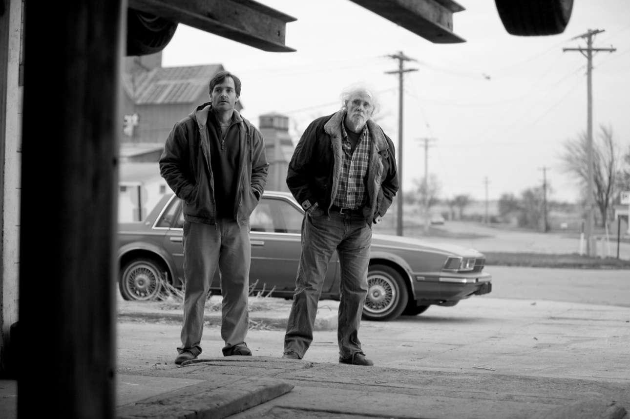 Ο αδικημένος από τη χολιγουντιανή αφήγηση Μπρους Ντερν στο «Nebraska» (2013) του δικού μας Αλεξάντερ Πέιν. Ως ο μπαμπάς που τα έχει λίγο χαμένα αλλά τελικά τα έχει πιο καθαρά. Μαζί με τον γιο του