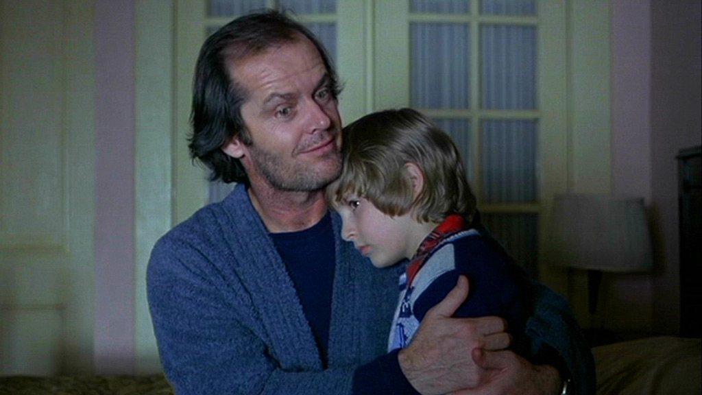 Μην μπερδεύεστε. Ο Τζακ Νίκολσον και ο Ντάνι Λόιντ είναι ηθοποιοί. Στον κόσμο όμως της «Λάμψης» (1980) του Στάνλεϊ Κιούμπρικ η σχέση πατέρα-γιου δεν πάει πολύ καλα. Καθόλου καλά, είναι η αλήθεια