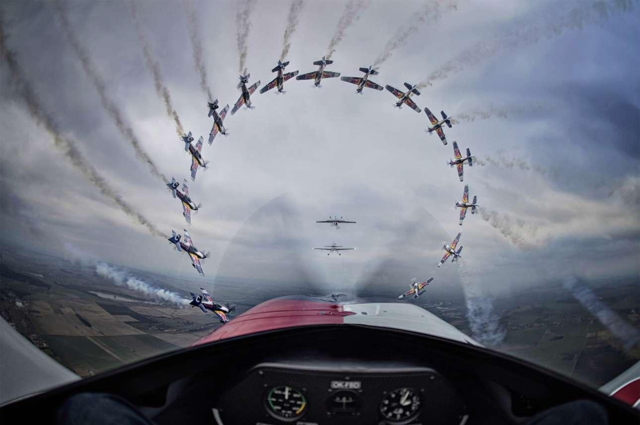 Νικητής, κατηγορία «Σεκάνς» (Sequence). Χρησιμοποιώντας πολλαπλές φωτογραφίες τραβηγμένες διαδοχικά, ο Τσέχος Ντάνιελ Βόζτεκ δημιουργεί μια συγκλονιστική εικόνα με τα αεροπλάνα της Flying Bulls