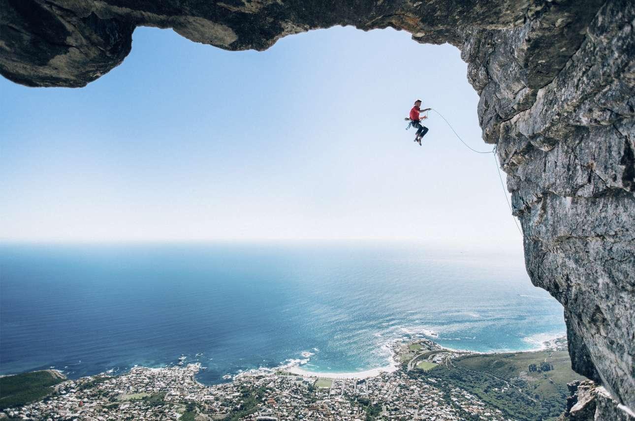 Νικητής, κατηγορία «Φτερά». Αδρεναλίνη στα ύψη και ένα υπέροχο κάδρο, με το βουνό Τέιμπλ, την θάλασσα και την νοτιοαφρικανική πόλη του Κέιπ Τάουν να πλαισιώνουν τον αναρριχητή Τζέιμι Σμιθ