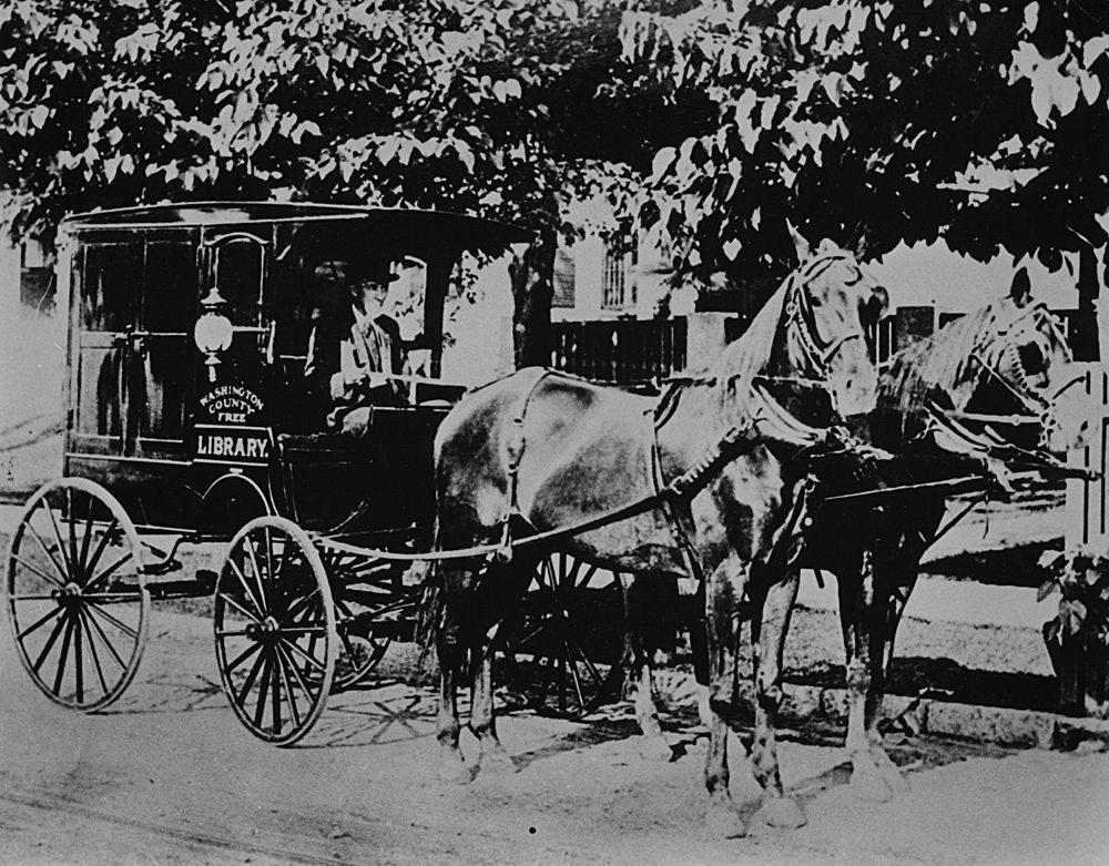 Από τις πρώτες κινητές βιβλιοθήκες στις ΗΠΑ, η άμαξα της βιβλιοθήκης Ουάσινγκτον στο Μέριλαντ, το 1905