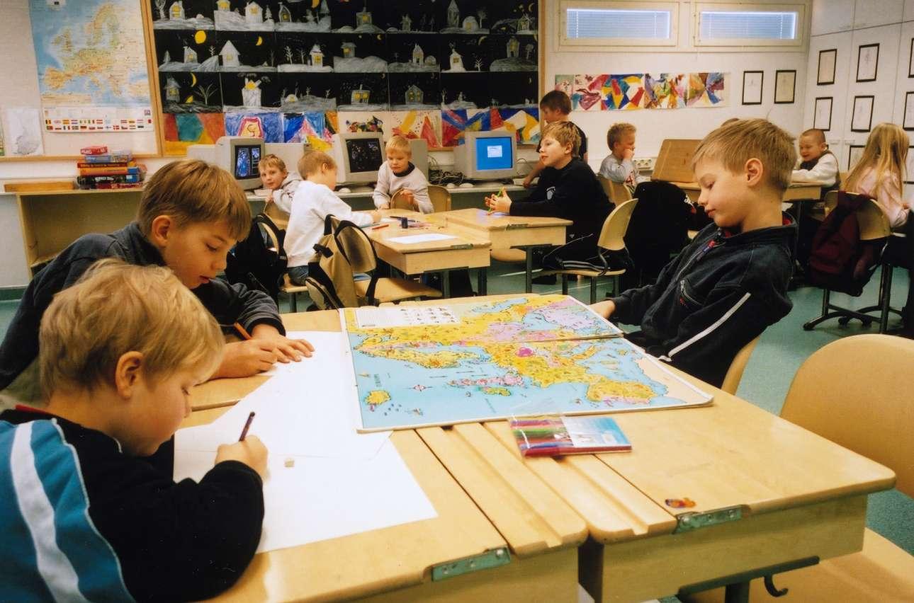 Χάρτες, υπολογιστές και διαφορετική διάταξη θρανίων. Μία εικόνα από το φινλανδικό μοντέλο, ίσως και από το μέλλον της εκαπιδεύσης... (youtube.com)