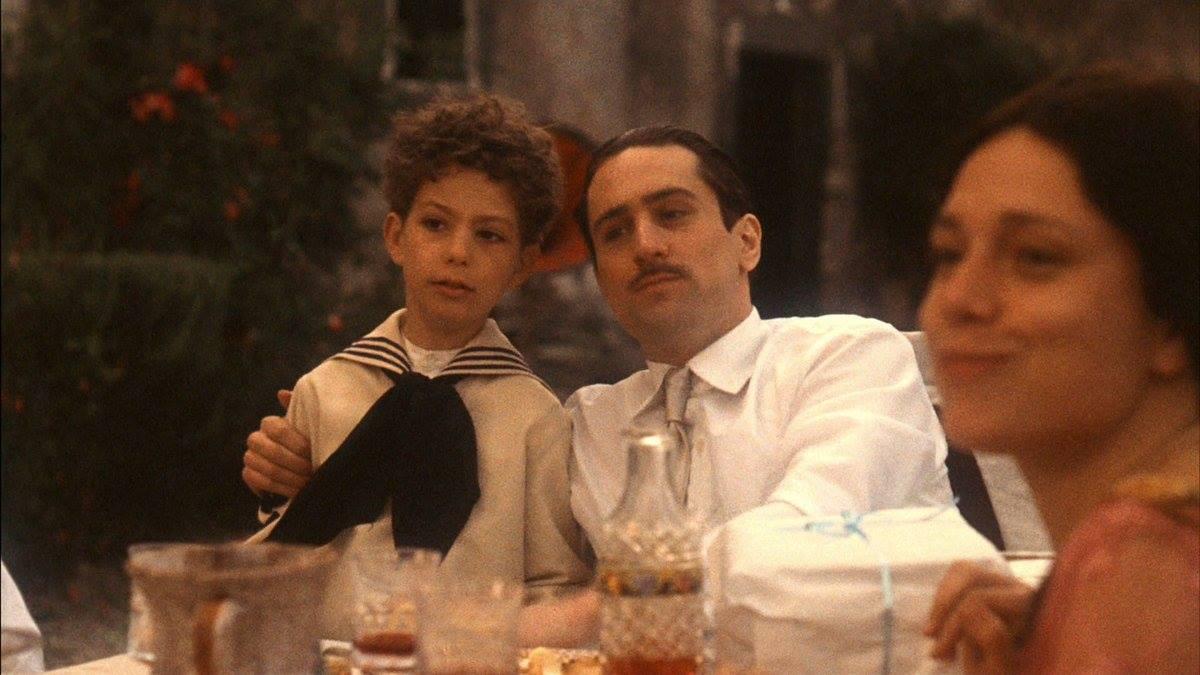 Ο Βίτο Κορλεόνε -αλλά στο πρόσωπο του Ρόμπερτ ντε Νίρο- επιστρέφει στη Σικελία. Με τη φαμίλια του. Για να πάρει εκδίκηση για τον δικόν του πατέρα. Respect. Στον «Νονό Νο2» του Κόπολα.