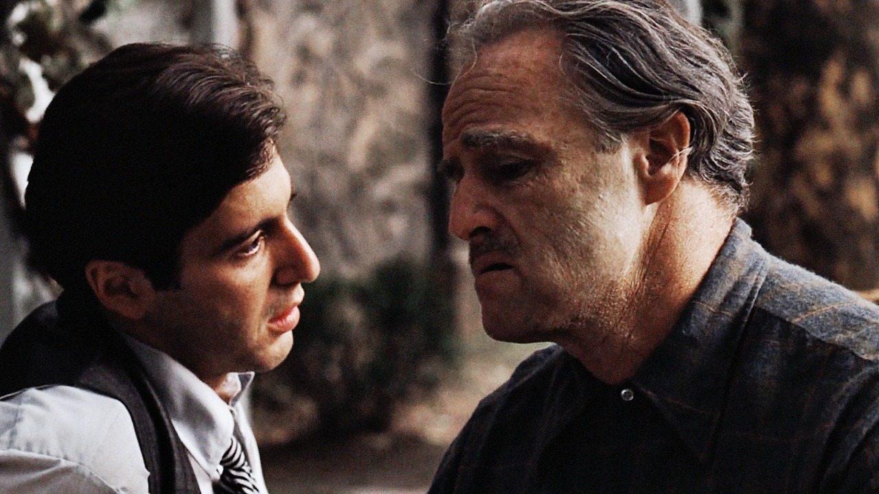 Αλ Πατσίνο, Μάρλον Μπράντο. Μικέλε και Βίτο Κορλεόνε. Η σχέση γιου-πατέρα και πατέρα-γιου σε μια σκηνή στον «Νονό» (1972) του Φράνσις Φορντ Κόπολα. Αν και η σχέση τους αποκαλύπτεται σε μια σκηνή στην αρχή του φιλμ για την οποία θα μιλήσουμε μια άλλη φορά. Προς το παρόν, η εξομολόγηση του πατέρα. Που ήθελε να τον κάνει κυβερνήτη και γερουσιαστή. Αλλά συνέχισε να είναι γκάνγκστερ...