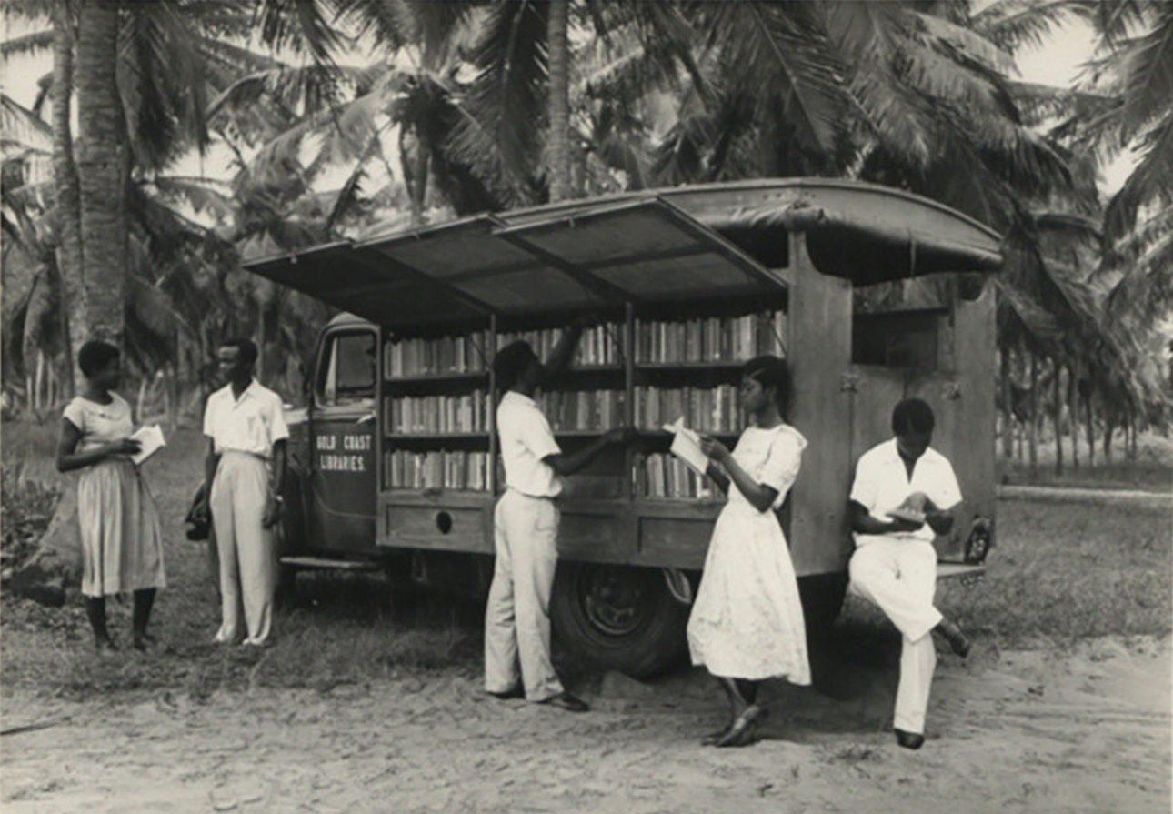 Κομψοί Γκανέζοι διαβάζουν έξω από μία κινητή βιβλιοθήκη στην πρωτεύουσα Ακρα, την δεκαετία του '50