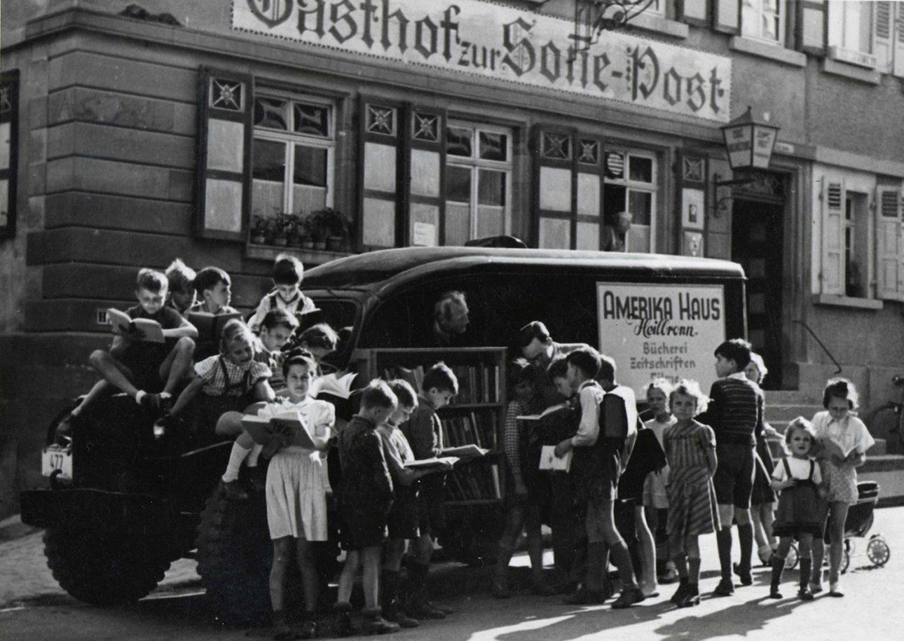 Σε μία γερμανική πόλη στα τέλη της δεκαετίας του '40, πιτσιρίκια ορμούν γεμάτα ενθουσιασμό στην κινητή βιβλιοθήκη για να ξεφυλλίσουν αμερικανικά βιβλία. Εκείνη την εποχή, παιδικά βιβλία μπορούσαν να αγοράσουν μόνο ελάχιστες, ευκατάστατες οικογένειες