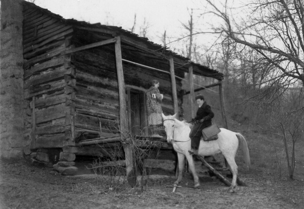 Γαϊδούρια, καμήλες και φυσικά άλογα επιστρατεύονται για να ενισχύσουν την ανάγνωση. Στη φωτογραφία, μία έφιππη βιβλιοθηκάριος παραδίδει βιβλία σε μία απομονωμένη καλύβα στο Κεντάκι των ΗΠΑ, το 1930