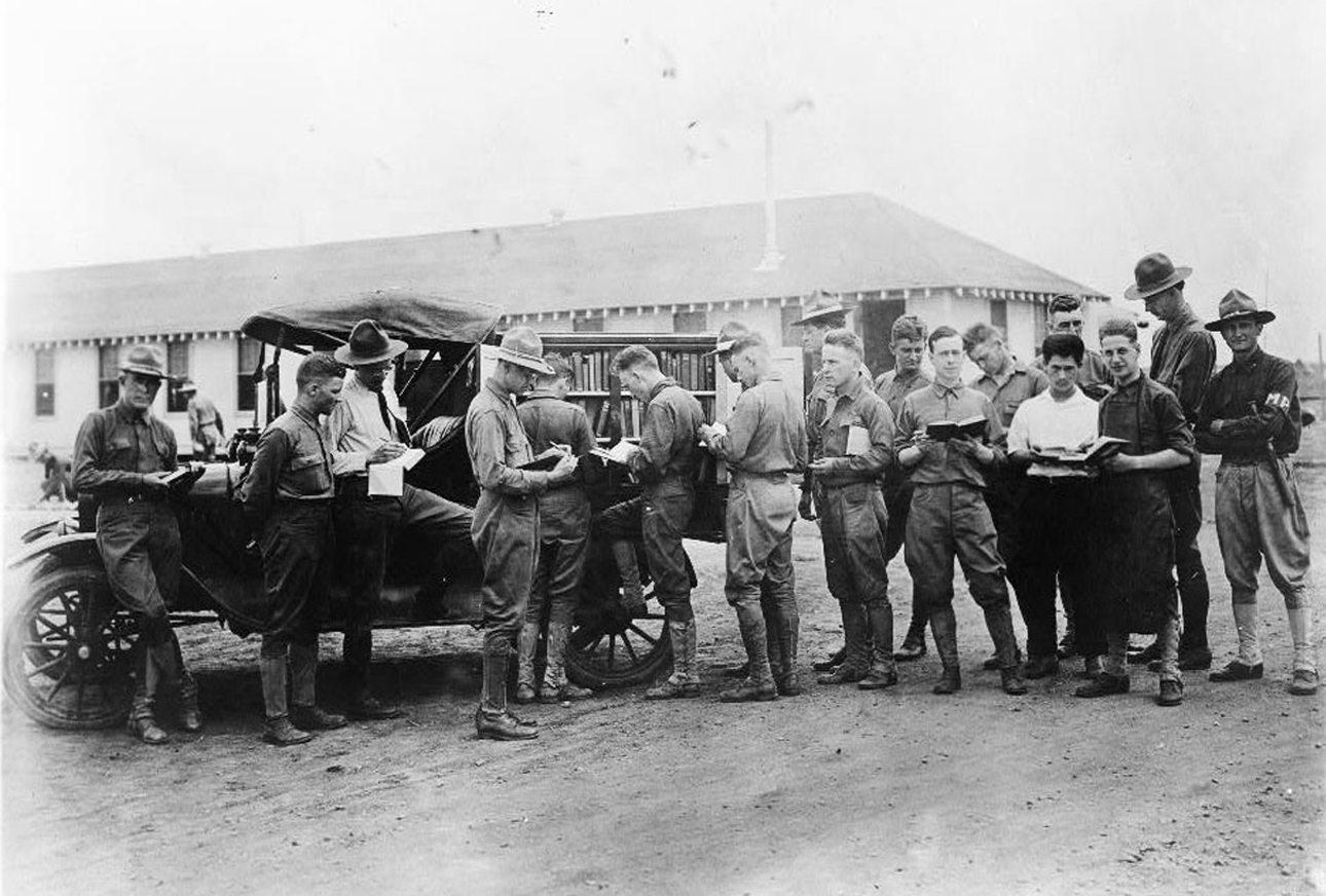 Τα βιβλία αποτελούσαν την καλύτερη συντροφιά για τους στρατιώτες του Α' Παγκοσμίου πολέμου. Στην φωτογραφία, αμερικανοί στρατιώτες παίρνουν βιβλία από την κινητή βιβλιοθήκη Kelly Field του Τέξας, το 1917