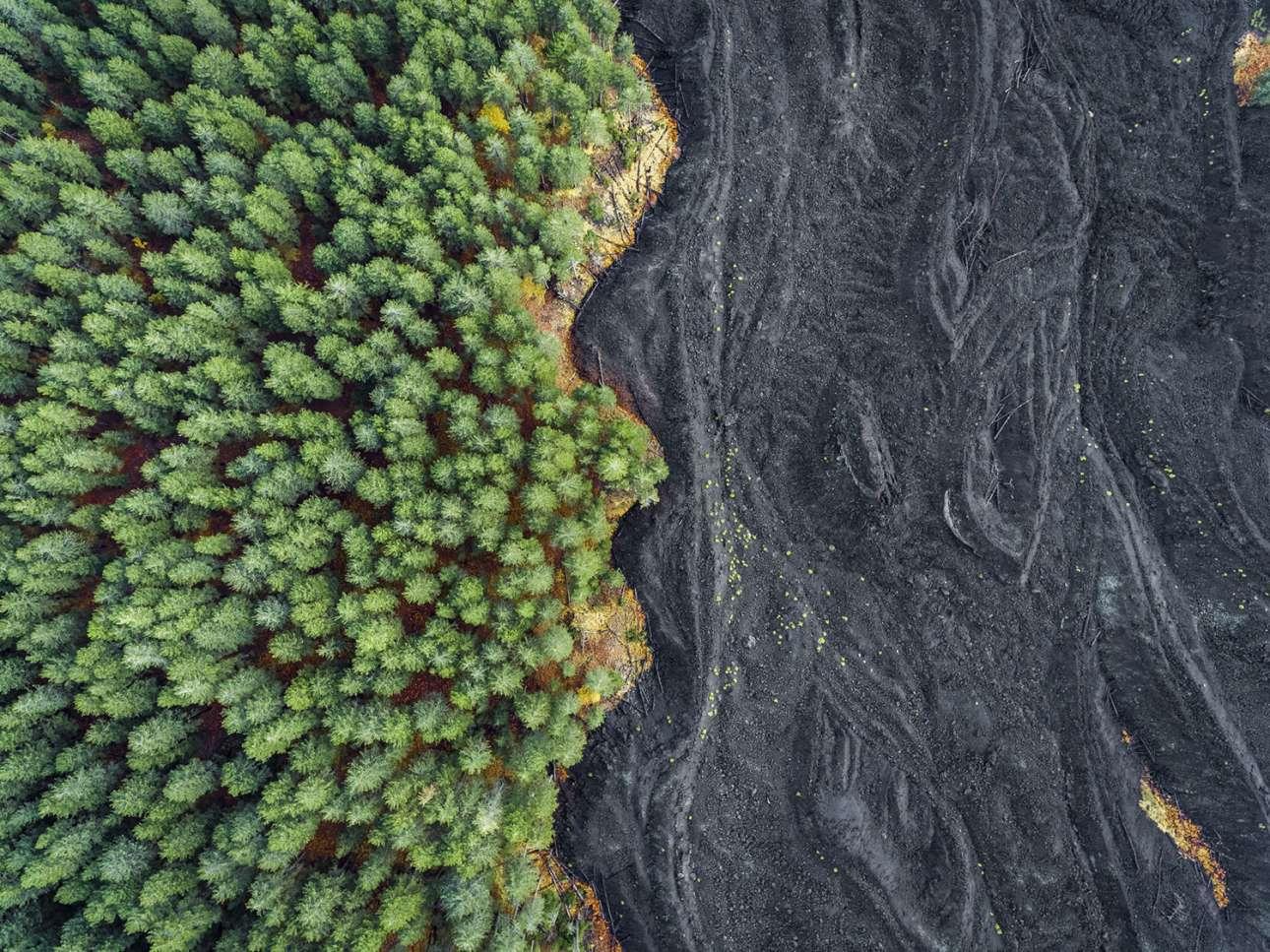 «Στερεοποιημένη Λάβα εναντίον Δάσους». Μία εκπληκτική φωτογραφία, μεγάλων αντιθέσεων τραβηγμένη με drone: η πετρωμένη λάβα του ηφαιστείου Αίτνα δίπλα από ένα καταπράσινο δάσος στη Σικελία