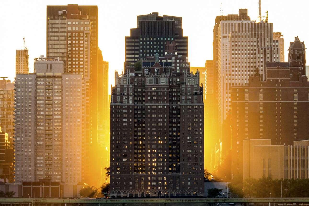«Νεοϋορκέζικο Φως». Οι ουρανοξύστες του Μεγάλου Μήλου λουσμένοι στο φως του δειλινού, όπως φαίνονται από την περιοχή Κουίνς