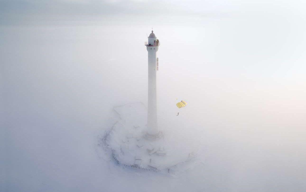 Φιναλίστ, κατηγορία «Αριστούργημα». Εντυπωσιακή πτώση με αλεξίπτωτο μέσα στην ομίχλη, από τον φάρο 40 μέτρων του Κόλπου της Φινλανδίας