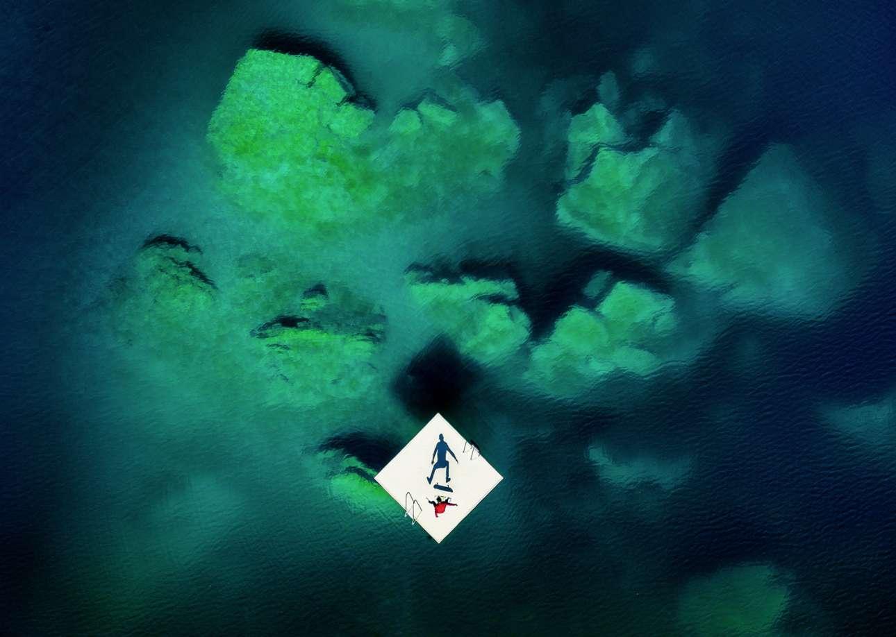 Φιναλίστ, κατηγορία «Νέα Δημιουργικότητα». Σκέιτ πάνω σε μία μικροσκοπική πλατφόρμα μέσα στην ελβετική λίμνη Λάαξ. Μία ξεχωριστή σπορ φωτογραφία τραβηγμένη από drone, σε μία πολύ ιδιαίτερη τοποθεσία