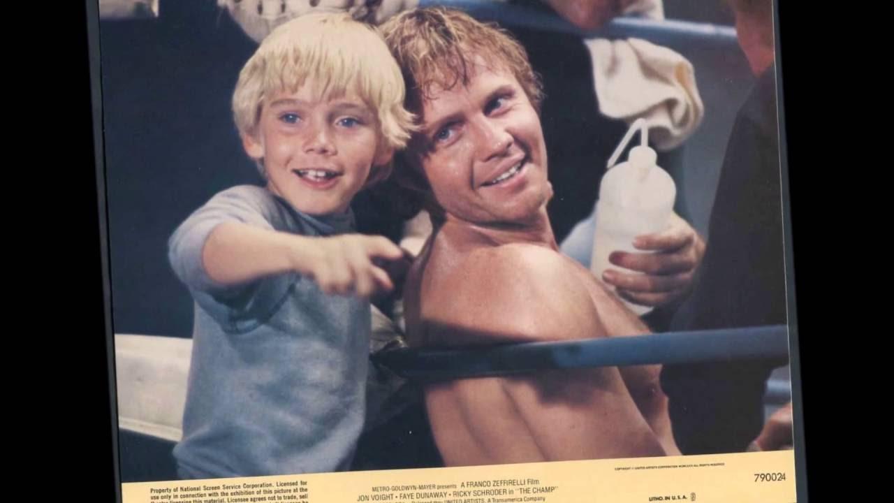 Οποιος δεν έχει κλάψει σε αυτήν την ταινία, δεν την έχει δει. Ο Γιον Βόιτ είναι ο πυγμάχος, o Ρίκι Σρόντερ είναι ο γιος του.