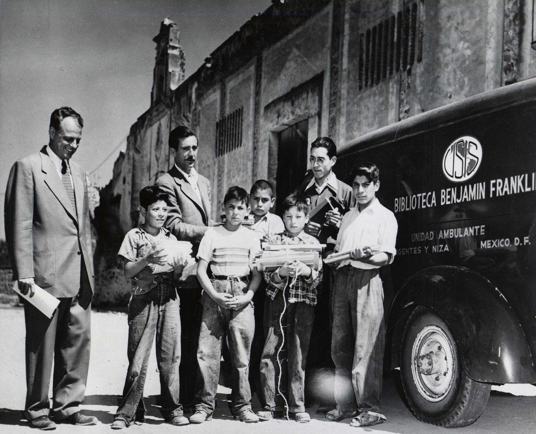 Η βιβλιοθήκη «Βενιαμίν Φραγκλίνος» επισκέπτεται το φιλανθρωπικό ίδρυμα «Boy's Town» (Η πόλη των αγοριών) για να τους δωρίσει βιβλία, το 1953