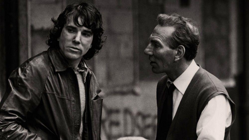O Ντάινελ ντέι Λιούις και ο Πιτ Πόστελγουεϊθ στην ταινία που προβλήθηκε στην Ελλάδα με τον τίτλο «Εις το όνομα του πατρός» (1993). Θέλετε άλλη εξήγηση;
