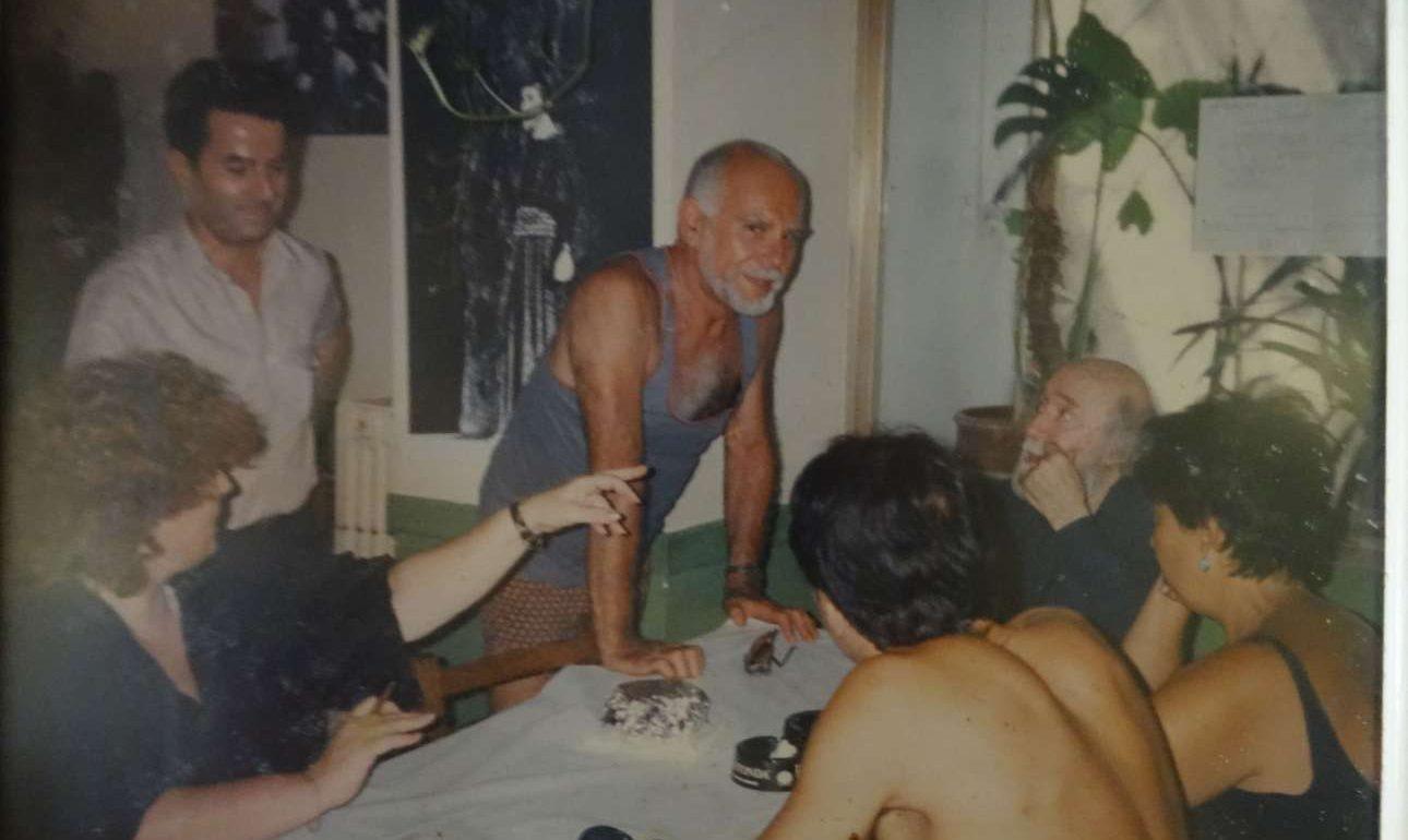 Ο «Λεωνίδας» σε μία από τις κλασικές στιγμές του. Ο Λεωνίδας Λιακόπουλος (αριστερά) χαμογελαστός. Στην παρέα διακρίνονται ο Γιάννης Τσαρούχης (καθιστός στο μέσον) και ο Ανδρέας Βουτσινάς (όρθιος με το αμάνικο)