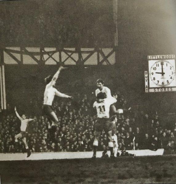 Ο παίκτες του Παναθηναϊκού πανηγυρίζουν μέσα στο Γκούντισον Παρκ το γκολ του Αντώνη Αντωνιάδη επί της Έβερτον στα προημιτελικά του κυπέλλου Πρωταθλητριών. Ένα ματς με τεράστια τηλεθέαση. Ήταν 9 Μαρτίου 1971 και παίκτης με το νουμερο 9 στην πλάτη, έβαζε το γκολ στις 9μμ ακριβώς, εννιά λεπτά πριν λήξει το μας