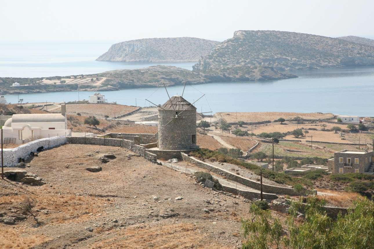 Σχοινούσα, Κυκλάδες: πληθυσμός 226 κάτοικοι. Για το μικροσκοπικό νησί κοντά στην Νάξο, η Telegraph γράφει: «η Σχοινούσα προσφέρει τον παραδοσιακό ελληνικό συνδυασμό ανεμόμυλων, εκκλησιών και παραλιών. Ο Αλμυρός ενδείκνυται για οικογένειες, ενώ το Αυλάκι του Παπά είναι καλύτερο για απομόνωση. Οι σπεσιαλιτέ του νησιού περιλαμβάνουν κατσίκι με μπιζέλια και πιταρίδια - χειροποίητα ζυμαρικά βρασμένα σε κατσικίσιο γάλα. Δεν υπάρχουν μέσα μεταφοράς, αλλά το νησί έχει καλά μονοπάτια και μπορείτε να νοικιάσετε μηχανάκια ή ποδήλατα»