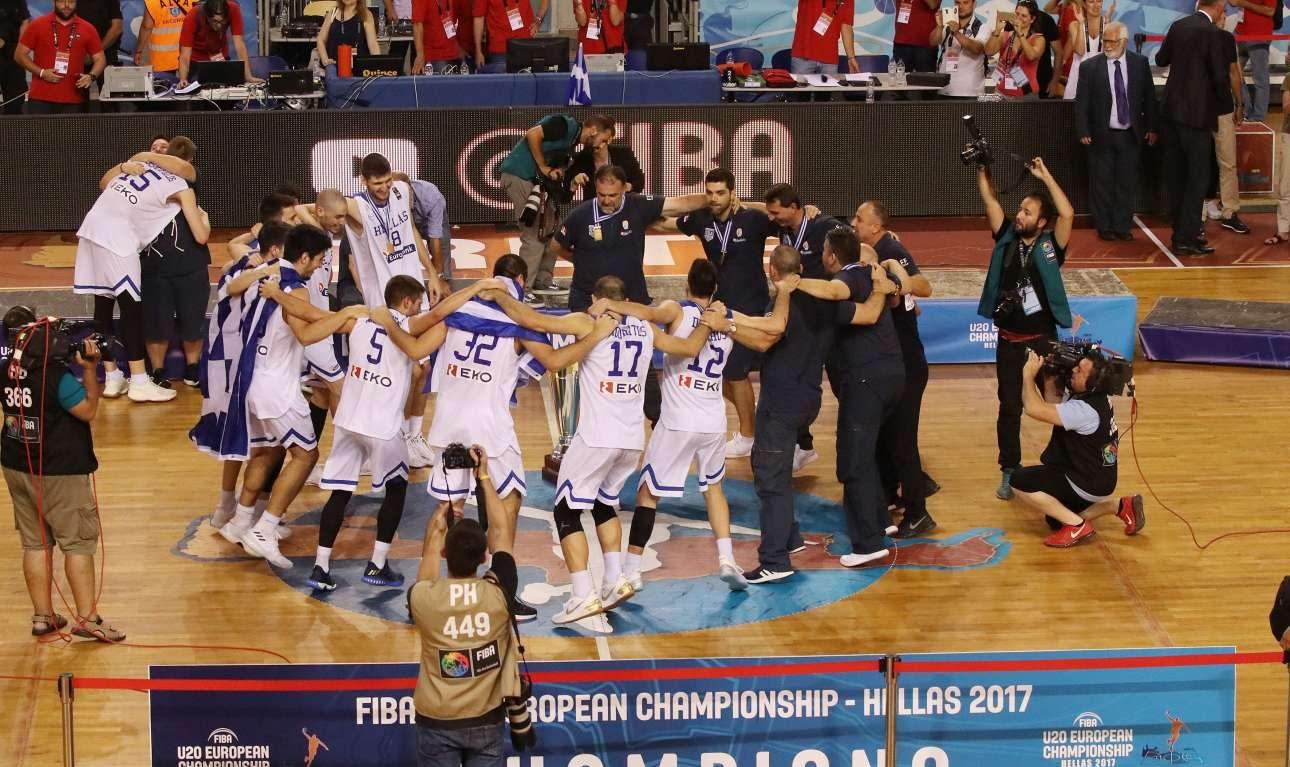 Παίκτες και τεχνική ηγεσία χορεύουν μετά τη νίκη στον τελικό επί των Ισραηλινών. Ο χορός; Μα φυσικά συρτάκι!