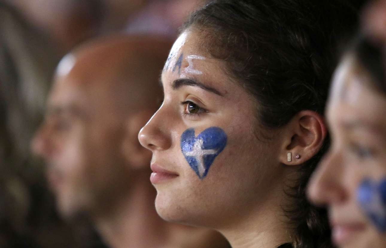 Με τα ελληνικά χρώματα στις εξέδρες. Η Εθνική έπαιζε εντός έδρας