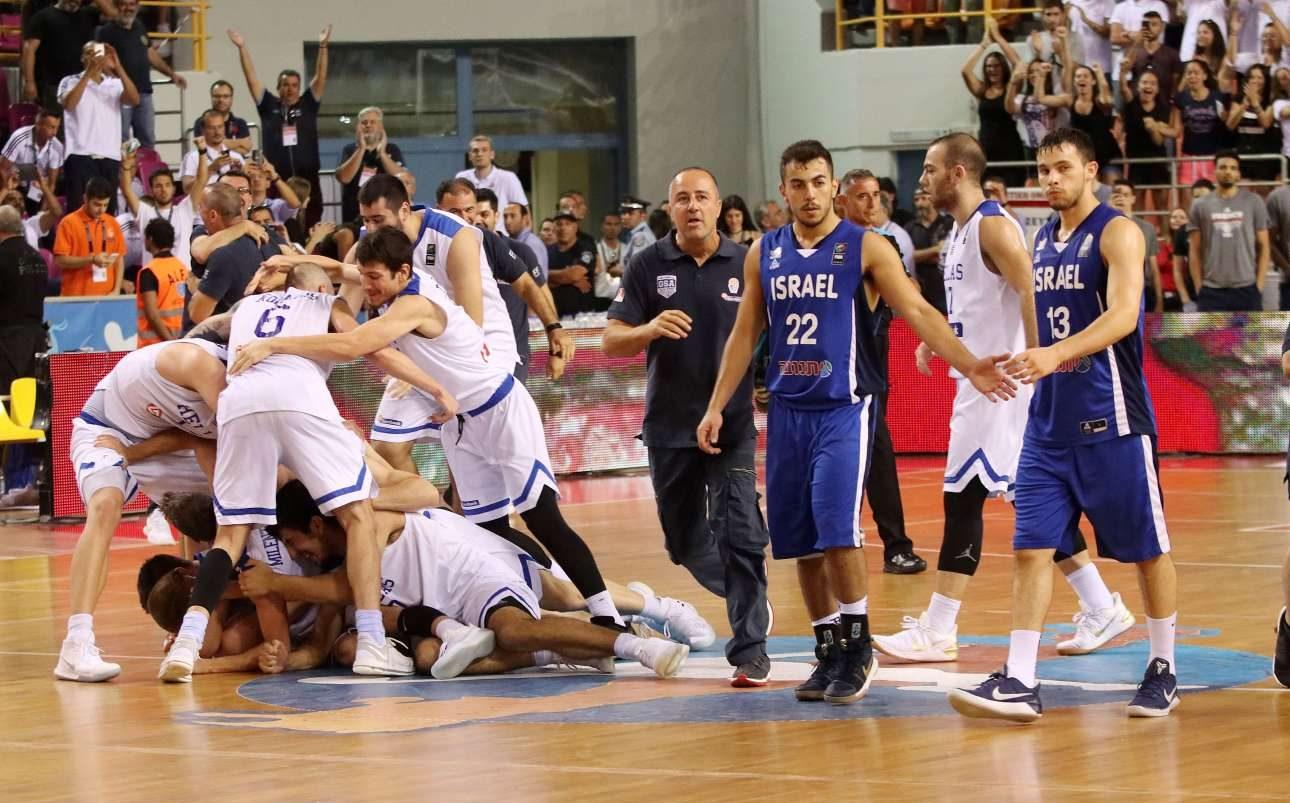 Το κοντράστ συναισθημάτων μετά το σφύριγμα της λήξης. Αριστερά οι παίκτες της Εθνικής Ελλάδος γίνονται ένα κουβάρι, δεξιά οι Ισραηλινοί απλώς αλληλοσυχγαίρονται για το ασημένιο μετάλλιο