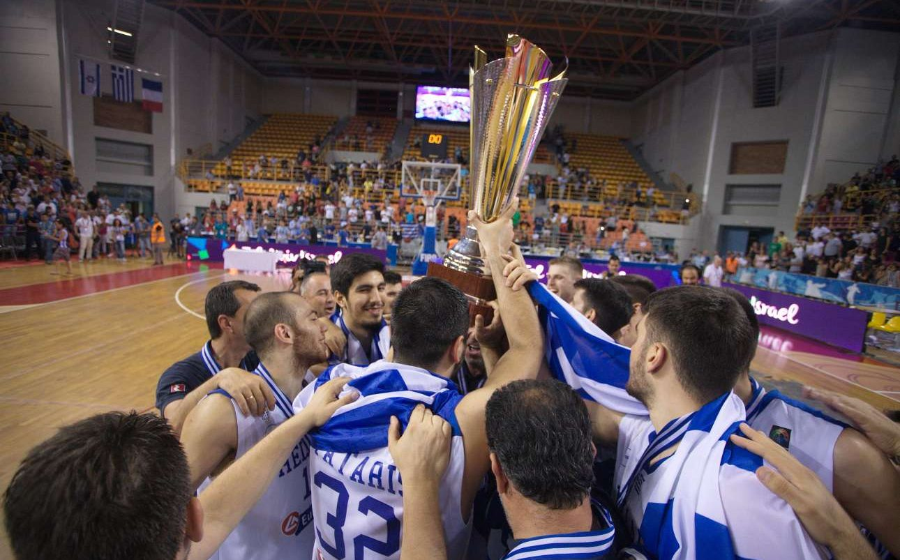 Πανηγυρισμοί με το τρόπαιο του Ευρωμπάσκετ 2017.
