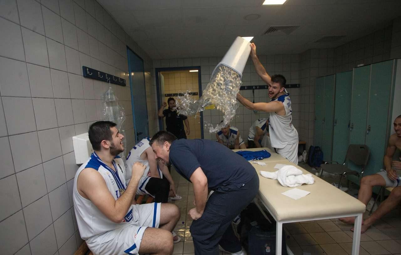 H αρχή του μπουγέλου στα αποδυτήρια μετά τη νίκη επί του Ισραήλ. Ο αρχιτέκτονας της επιτυχίας Ηλίας Παπαθεοδώρου στο στόχαστρο των παικτών του.