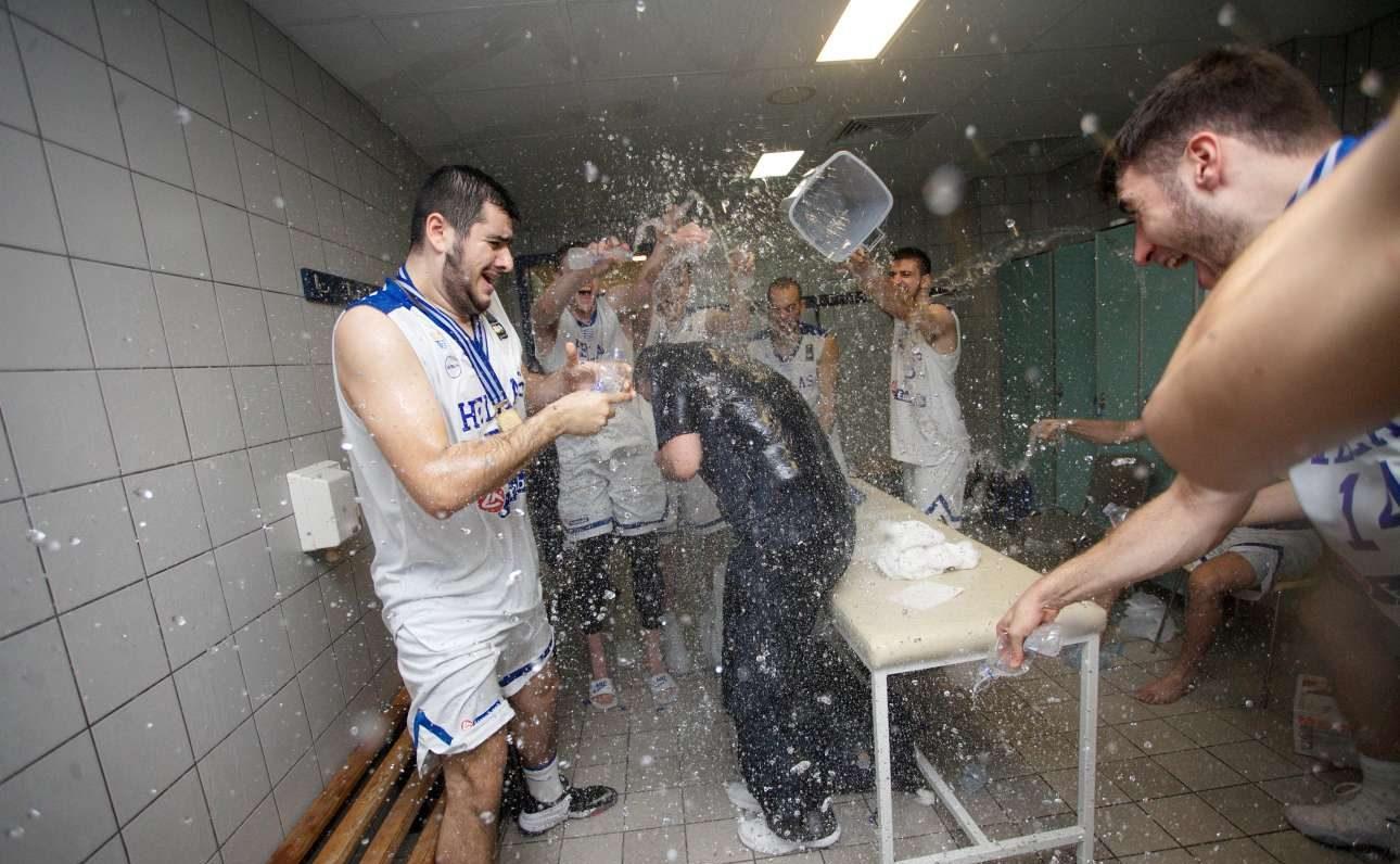 Ο προπονητής Ηλίας Παπαθεοδώρου (με τα μπλε) μπουγελώνεται στα αποδυτήρια από τους θριαμβευτές παίκτες του