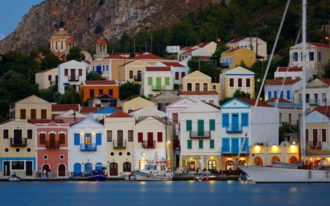 Καστελόριζο, Δωδεκάνησα: πληθυσμός 492 (2011). «Μπορεί να βρίσκεται μόλις 800 μέτρα από την τουρκική ακτή, αλλά το Καστελόριζο είναι αδιαμφισβήτητα ελληνικό» γράφει η βρετανική εφημερίδα. Το Καστελόριζο, το οποίο πήρε το όνομα του από το Κόκκινο Κάστρο του 14ου αιώνα, με τα πολύχρωμα κτίρια αποτελεί μία ευχάριστη αλλαγή από τους κατάλευκους οικισμούς των υπόλοιπων νησιών, συμπληρώνει η Telegraph και προτείνει στους αναγνώστες να επισκεφθούν το μαγευτικό «γαλάζιο σπήλαιο», όπου γυρίστηκε η βραβευμένη ιταλική ταινία «Μεντιτερανέο»