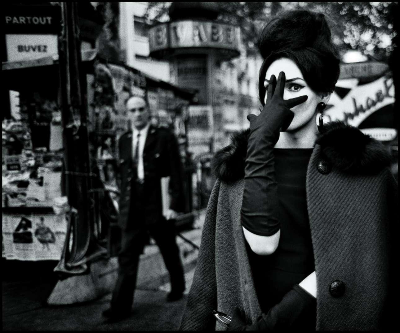 «Νανά», Παρίσι, 1961.  Ο σουηδός φωτογράφος Στρόμχολμ ξεκίνησε να δουλεύει στο Παρίσι τη δεκαετία του 1950. «Κάθε βράδυ έπαιρνα την πίπα μου, την παλιά μου Leica, μερικά ρολά Tri-X και τα κακά μου γαλλικά και πήγαινα στη μπρασερί στην Place Blanche. Ολοι γνώριζαν τι έκανα. Ποτέ δεν φωτογράφισα στα κρυφά. Δεν χρησιμοποιούσα φλας αλλά αντιθέτως αξιοποιούσα το διαθέσιμο, συχνά νέον, φως που υπήρχε» λέει ο φωτογράφος, διάσημος για τα υπέροχα ασπρόμαυρα πορτρέτα του