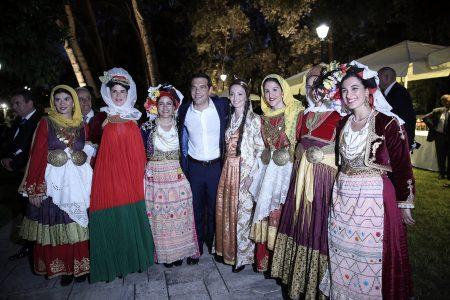 Ο πρωθυπουργός Αλέξης Τσίπρας (Κ) φωτογραφίζεται με κοπέλες που φορούν παραδοσιακές στολές στη δεξίωση για την 43η επέτειο από την αποκατάσταση της Δημοκρατίας στο Προεδρικό Μέγαρο, Αθήνα, τη Δευτέρα 24 Ιουλίου 2017. ΑΠΕ ΜΠΕ/ΑΠΕ ΜΠΕ/ΣΥΜΕΛΑ ΠΑΝΤΖΑΡΤΖΗ