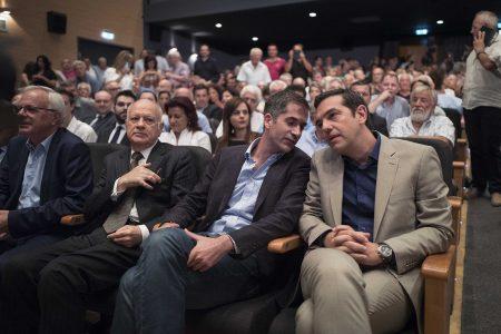 (Ξένη δημοσίευση) Ο πρωθυπουργός, Αλέξης Τσίπρας (Δ), συνομιλεί με τον περιφερειάρχη Στερεάς Ελλάδας, Κώστα Μπακογιάννη (2Δ), κατά τη διάρκεια των εργασιών του 2ου Περιφερειακού Συνεδρίου για την Παραγωγική Ανασυγκρότηση στην Στερεά Ελλάδα, την Πέμπτη 27 Ιουλίου 2017, στο Δημοτικό Περιφερειακό Θέατρο Ρούμελης, στη Λαμία. Το Συνέδριο στη Στερεά Ελλάδα, εντάσσεται στον κύκλο των 13 Περιφερειακών Συνεδρίων που έχουν προγραμματιστεί, προκειμένου να υπάρξει ένας αποκεντρωμένος διάλογος με κοινωνικούς και παραγωγικούς φορείς, στο πλαίσιο της διαμόρφωσης της «Εθνικής Αναπτυξιακής Στρατηγικής 2021». ΑΠΕ ΜΠΕ/ΓΡΑΦΕΙΟ ΤΥΠΟΥ ΠΡΩΘΥΠΟΥΡΓΟΥ/Andrea Bonetti