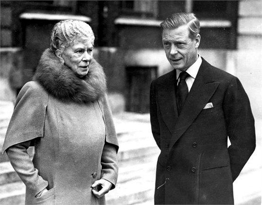 Ο Δούκας και η μητέρα του Βασίλισσα Μαίρη σε φωτογραφία που δημοσιεύθηκε στην ιταλική Vogue το 1946