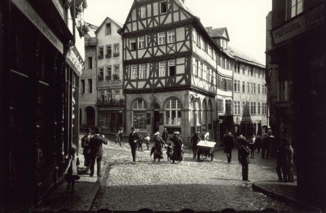 Η αγορά της πόλης Βέτσλαρ στην Γερμανία φωτογραφημένη από τον δημιουργό της Leica Οσκαρ Μπάρνακ, το 1913. Από το 1912 έως το 1914, ο Μπάρνακ εργαζόταν ως μηχανικός και υπεύθυνος ανάπτυξης στην εταιρεία Ernst Leitz, η οποία κατασκεύαζε μικροσκόπια, όπου συνέλαβε και πραγματοποίησε την ιδέα για μία μικρή, ελαφριά κάμερα