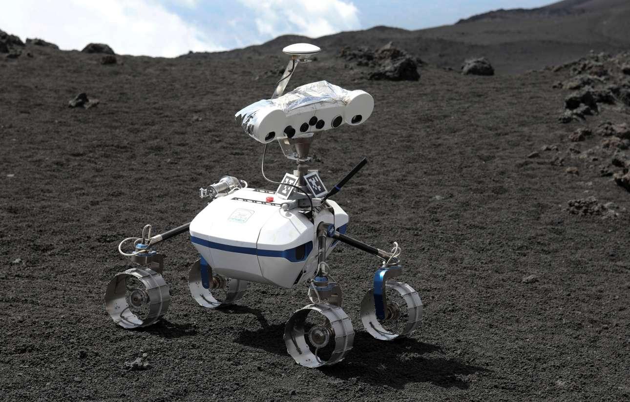 Ενα ρομπότ «προπονείται» στο έδαφος του ηφαιστείου Αίτνα στην Ιταλία, πριν φύγει σε αποστολή στη Σελήνη