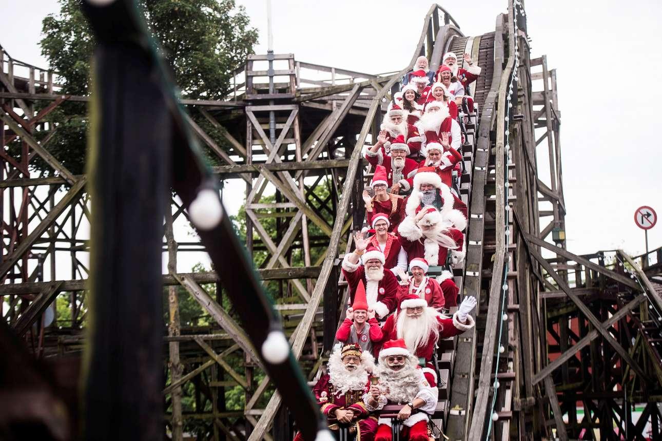 Οι γέροντες των Χριστουγέννων δεν έχασαν την ευκαιρία να διασκεδάσουν στο πάρκο αναψυχής της Κοπεγχάγης