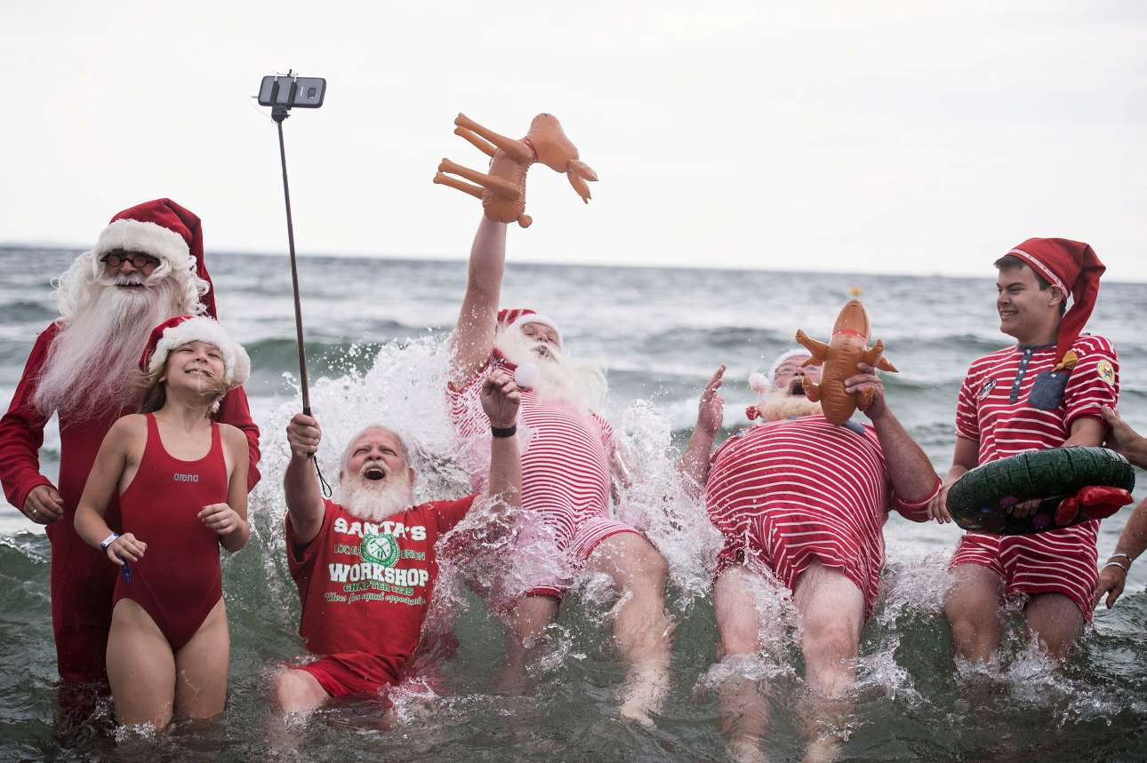 Αγιοι Βασίληδες στο νερό. Θέαμα, όχι και τόσο συνηθισμένο