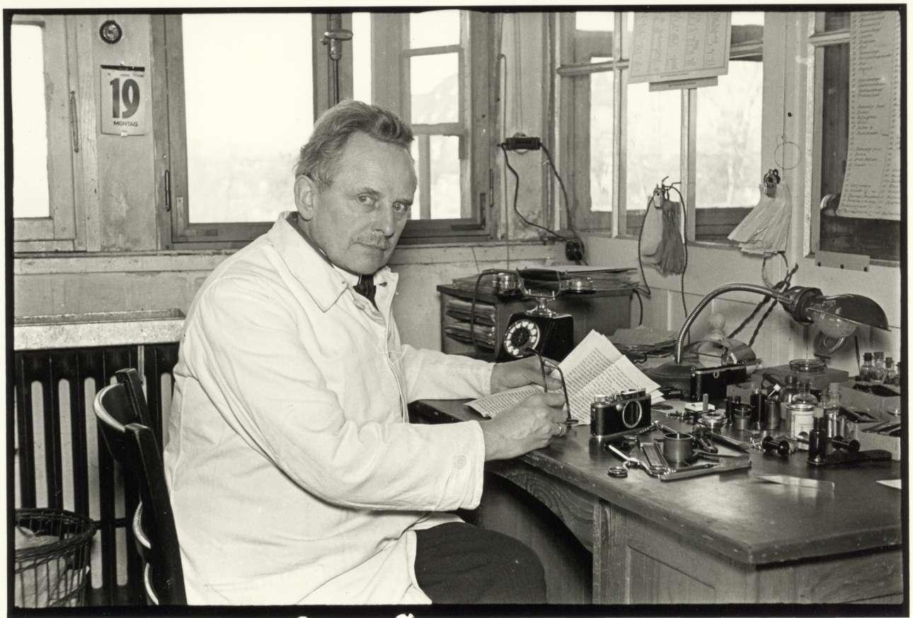 Ο Οσκαρ Μπάρνακ, δημιουργός της Leica, στο εργαστήριο του, το 1934